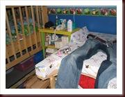 Les jeans mouillés sur la table à langer dans la chambre de Ticarl.